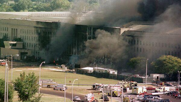 Požar na južnoj strani Pentagona nakon što se avion srušio na njega - Sputnik Srbija