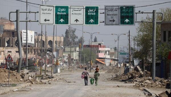 Civili nose stvari duž ulice u delu Mosula pod kontrolom iračkih snaga - Sputnik Srbija
