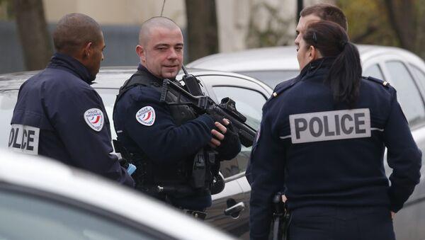 Припадници полиције патролирају у предграђу Париза Обервијер - Sputnik Србија