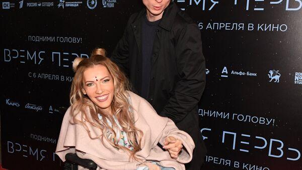 Руска певачица Јулија Самојлова са супругом, музичарем Алексејем Тараном на премијери филма Дмитрија Кисељова Време првих - Sputnik Србија