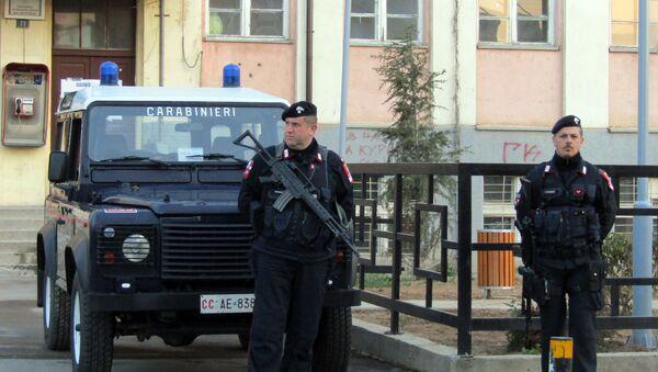 Karabinjeri ispred birališta u Kosovkoj Mitrovici. - Sputnik Srbija