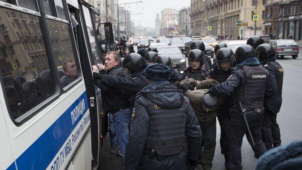 Policija hapsi ljude na ulici u Moskvi - Sputnik Srbija