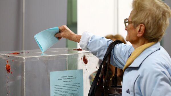 Жена убацује листић у гласачку кутију на изборима у Србији - Sputnik Србија