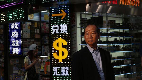 Човек стоји поред знака долара - Sputnik Србија