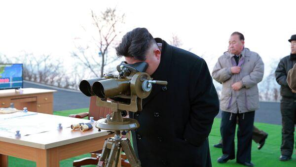 Lider Severne Koreje Kim Džong Un nadleda lansiranje balističkih raketa - Sputnik Srbija