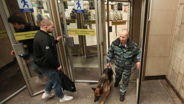 Pripadnik policije sa psom patrolira u stanici metroa u Sankt Peterburgu - Sputnik Srbija