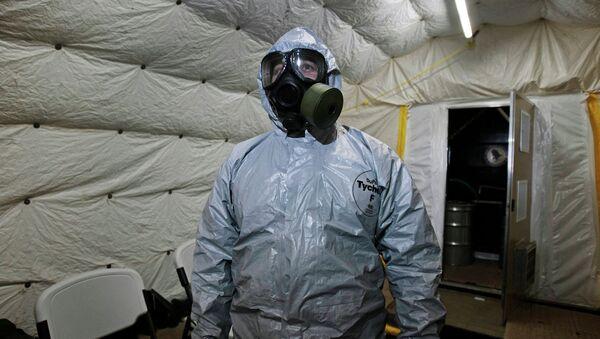 Pripadnik američke vojske opremljen za neutralisanje hemijskog oružja - Sputnik Srbija