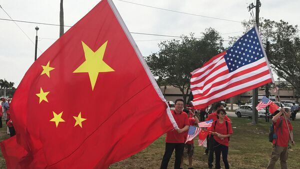 Људи са заставма Кине и САД - Sputnik Србија
