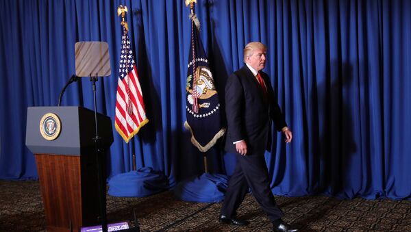 Амерички председник Доналд Трамп након говора о ракетном нападу на сиријски аеродром - Sputnik Србија