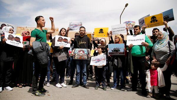 Protest studenata u Damasku ispred kancelarije UN protiv napada SAD. - Sputnik Srbija