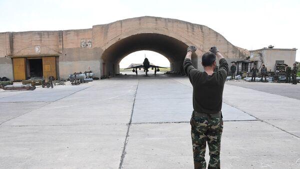 Avion sirijske avijacije na aerodromu Šairat. Sirijske vazduhoplovne snage obnovile su letove sa aerodroma nakon raketnog napada SAD - Sputnik Srbija