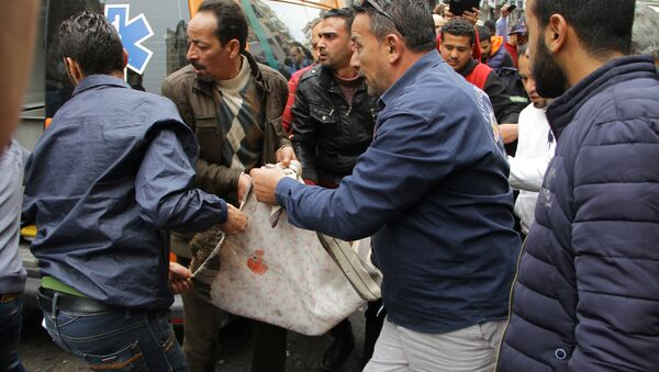 Египћани покушавају да помогну настрадалима у терористичком нападу у Александрији. - Sputnik Србија
