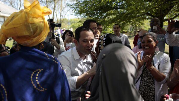 Председнички кандидат француских Социјалиста Беноа Амон на пикнику са присталицама. - Sputnik Србија