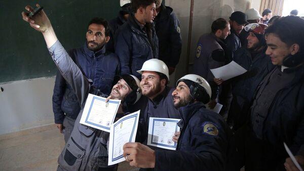 Чланови организације Бели шлемови се фотографишу са сертификатима након обуке у источној сиријској области Гута - Sputnik Србија