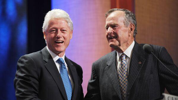 Bivši američki predsednici Bil Klinton i Džordž Buš Stariji na događaju koji je organizovala Klintonova globalna inicijativa u Njujorku - Sputnik Srbija