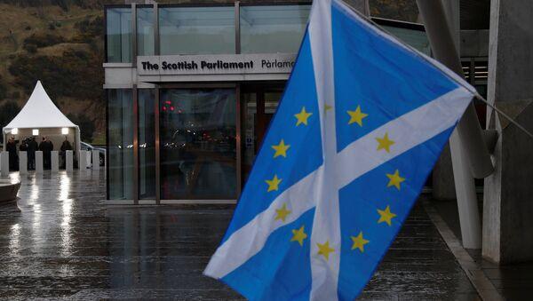 Nacionalna zastava ispred škotskog parlamenta u Edinburgu. - Sputnik Srbija