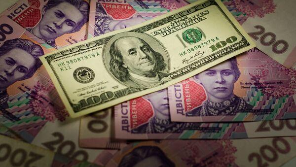 Novčanica od 100 dolara na gomili ukrajinskih grivni - Sputnik Srbija