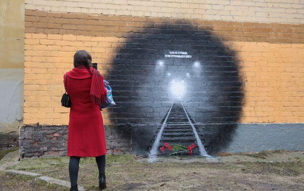 Мурал који је освануо у Санкт Петербургу као помен жртвама терористичког напада у метроу. - Sputnik Србија
