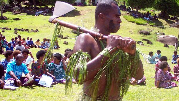 Ратник са Фиџија носи традиционалну секиру на церемонији извињења британском мисионару Томасу Бејкеру кога су канибали појели 1867. - Sputnik Србија