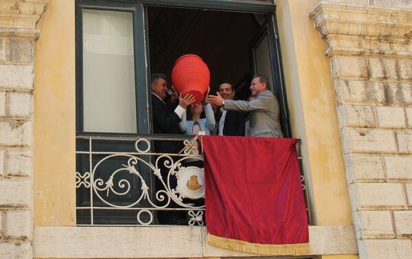 Премијер Грчке Алексис Ципрас и градоначелник Крфа Костас Николузос, бацају ћуп са прозора градске куће у традиционалном обележавању Велике суботе - Sputnik Србија