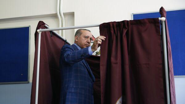 Турски председник Реџеп Тајип Ердоган улази у кабину на бирачком месту у Истамбулу. Грађани Турске ће се данас на референдуму изјаснити о уставним променама, којима би се проширила овлашћења председника Реџепа Тајипа Ердогана. - Sputnik Србија