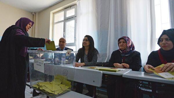 Гласачи на уставном референдуму у Турској - Sputnik Србија