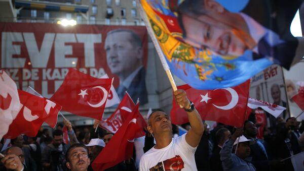 Присталице Странке правде и развоја носе заставе са ликом председника Турске Реџепа Тајипа Ердогана. Према прелиминарним резултатима уставног референдума већина гласача гласала је за уставне промене у Турској. - Sputnik Србија