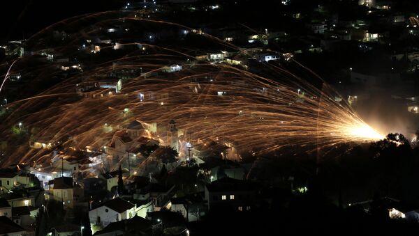 Стотине ракета лете према цркви Светог Марка током прославе Ускрса на грчком острву Хиос - Sputnik Србија