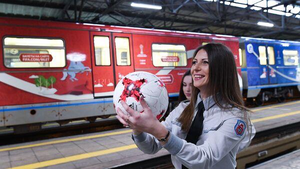 Радница московског метроа са фудбалском лоптом на представљању ФИФА Купа конфедерација - Sputnik Србија