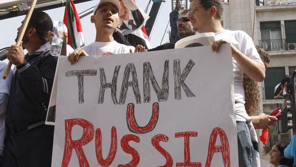 Присталице сиријске владе држе проруски транспарент у знак подршке председнику Сирије Башару Асаду, Русији и Кини - Sputnik Србија
