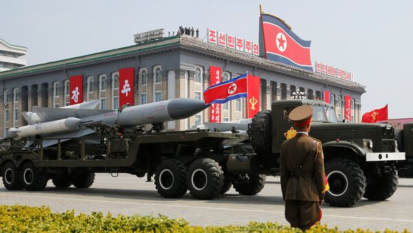 Ракете пролазе поред трибине на којој се налази севернокорејски лидер Ким Џонг Ун и остали високи званичници на војној паради у Пјонгјангу - Sputnik Србија