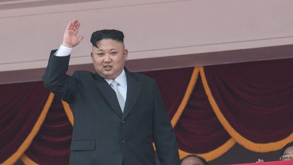Lider Severne Koreje Kim Džong Un tokom vojne parade na 105. godišnjicu rođenja Kim Il Sunga u Pjongjangu - Sputnik Srbija