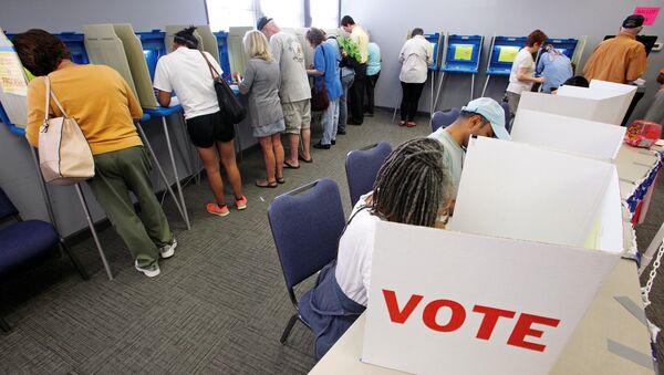 Људи гласају на америчким председничким изборима у Северној Каролини - Sputnik Србија