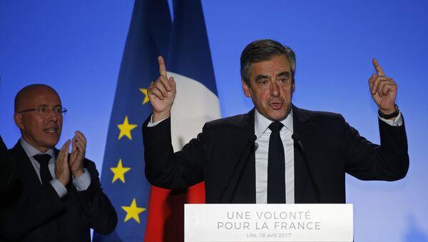 Француски председнички кандидат Франсоа Фијон током митинга у Лилу - Sputnik Србија