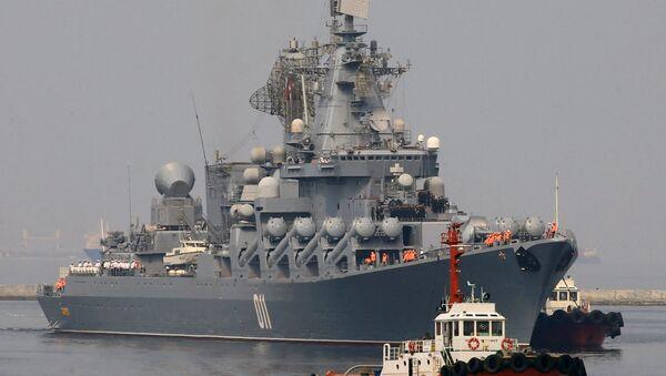 Tegljač prati raketnu krstaricu ruske mornarice Varjag u luci Manila - Sputnik Srbija
