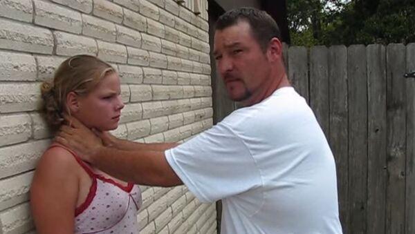 Otac i ćerka demonstriraju samoodbranu - Sputnik Srbija