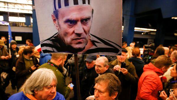 Трансапрент са ликом Доналда Туска на демонстарцијама у Варшави, Пољска - Sputnik Србија