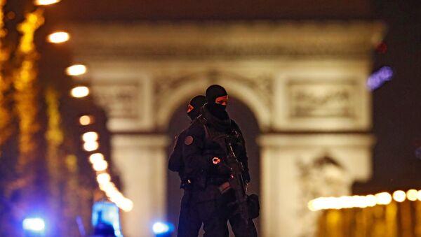 Maskirani pripadnici policije na Šanzelizeu nakon napada u Parizu - Sputnik Srbija