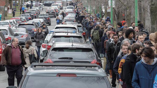 Francuski državljani čekaju u redu za glasanje na biračkom mestu u Montrealu - Sputnik Srbija