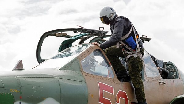 Пилот улази у авион Су-25 у ваздухопловној бази Хмејмим у Сирији - Sputnik Србија