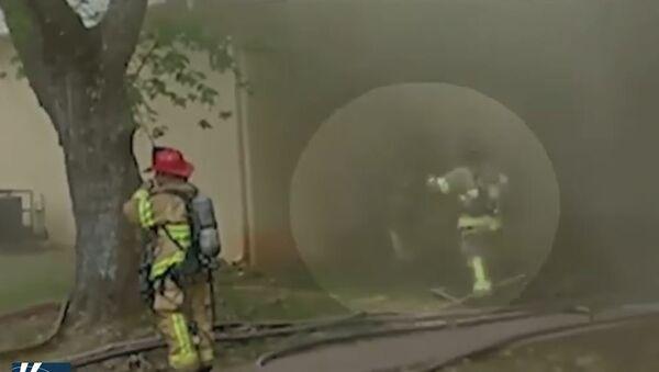 Vatrogasac uhvatio bebu bačenu sa drugog sprata zgrade u plamenu - Sputnik Srbija