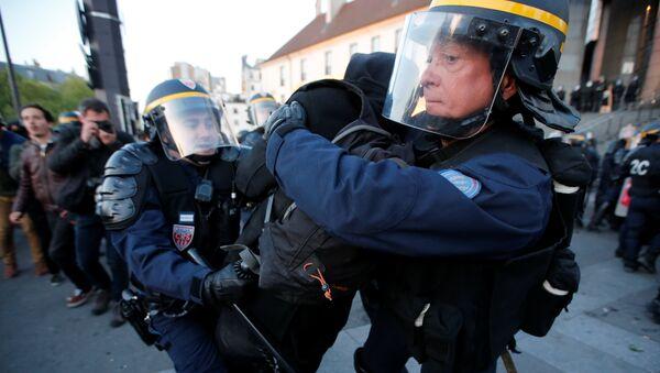 Сукоби демонстраната и полиције у Паризу илустрација - Sputnik Србија