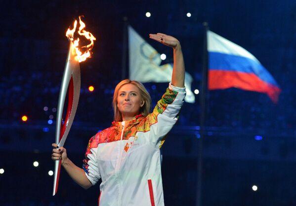 Teniserka Marija Šarapova učestvuje u predaji štafete olimpijske baklje na ceremoniji  Zimskih olimpijskih igara.  - Sputnik Srbija