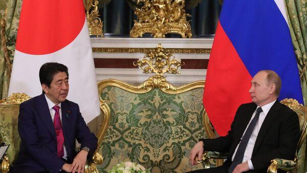 Sastanak predsednika Rusije Vladimira Putina i premijera Japana Šinza Abea - Sputnik Srbija