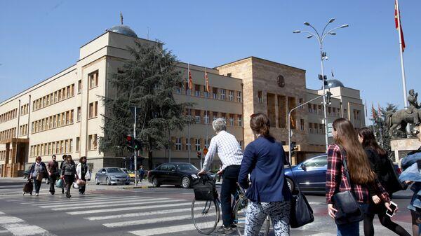 Ljudi prolaze pored zgrade makedonskog parlamenta u Skoplju - Sputnik Srbija