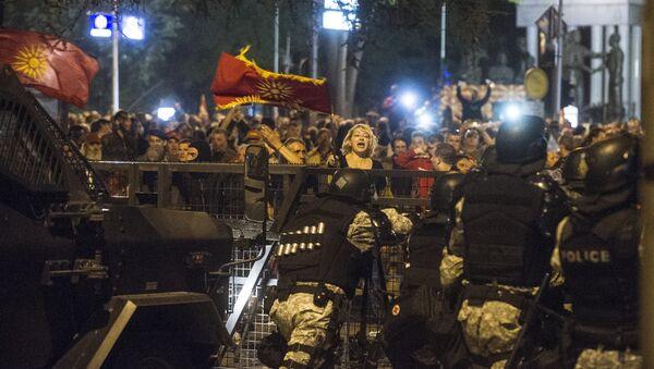 Кордон полиције у демонстранти у Скопљу - Sputnik Србија