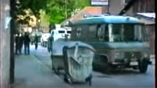 Случајно сам био поред тог возила, био сам претпостављени доктору Радуловићу, он ми је рекао, шефе, уђите у санитет, Ковачевић се присећа уласка у возило које му је можда сачувало главу у Добровољачкој. - Sputnik Србија