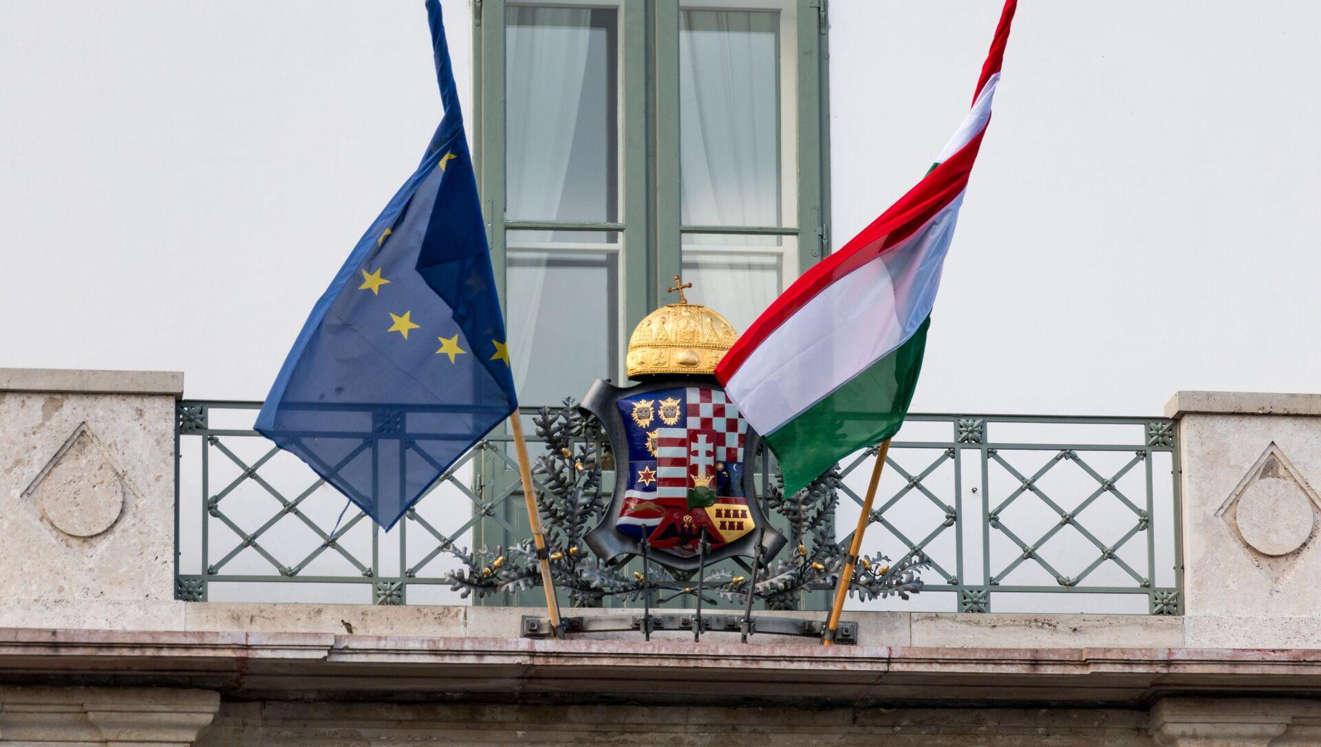 Заставе Мађарске и ЕУ на улазу у председничку палату у Будимпешти - Sputnik Србија, 1920, 07.07.2021