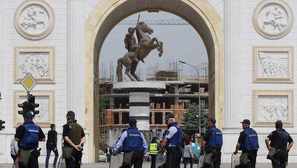 Policajci u blizini zgrade Sobranja u Skoplju, kod spomenika Aleksandru Makedonskom. - Sputnik Srbija