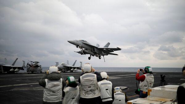 """Američki lovac F-18 uzleće sa nosača aviona """"Karl Vilson"""" tokom vojnih vežbi sa Južnom Korejom. - Sputnik Srbija"""